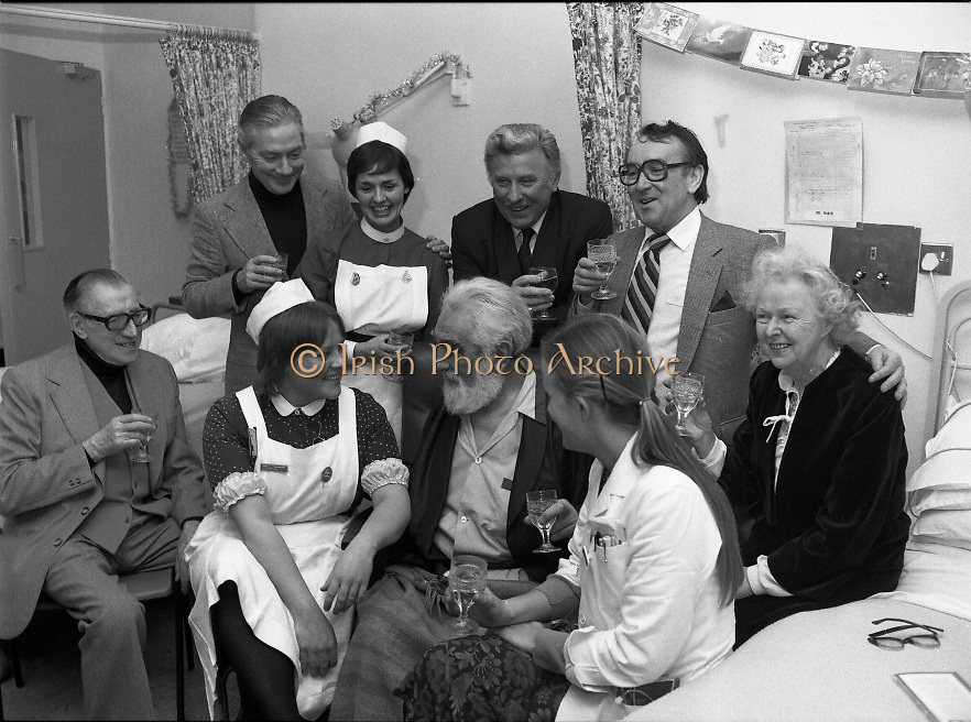 Noel Purcell Celebrates His 81st Birthday.23.12.1981..12.23.1981..23rd December 1981..Noel Purcell celebrates his 81st birthday in the Adelaide Hospital surrounded by friends and nurses.