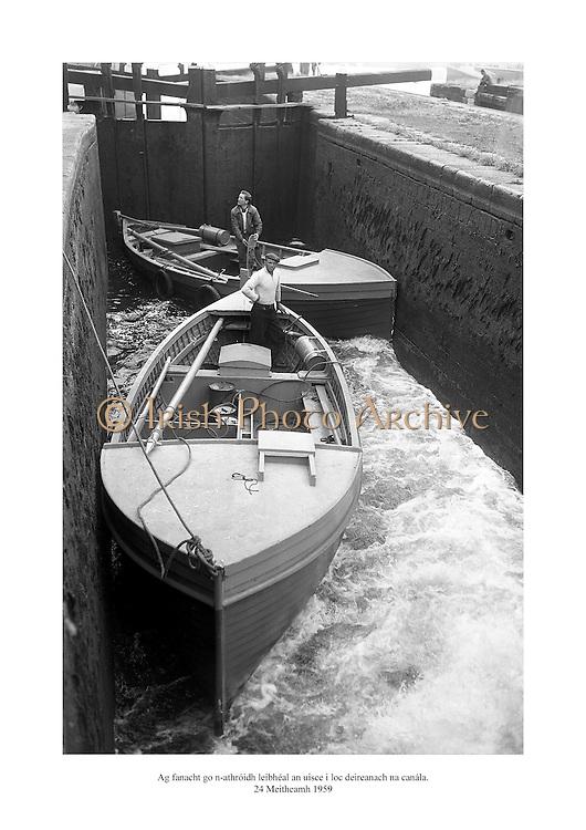 24 Meitheamh 1959<br /> Ag fanacht go n-athróidh leibhéal an uisce i loc deireanach na canála.<br /> <br /> Waiting for the water level to change in the last canal lock.