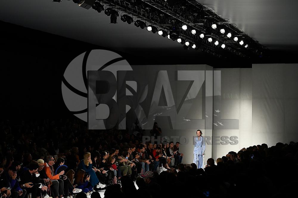 LISBOA, PORTUGAL, 10.03.2018 - MODA-LISBOA: Modelo durante desfile da grife Imauve em Lisboa, Portugal, nesse sabado 10. (Foto: Bruno de Carvalho/Brazil Photo Press)