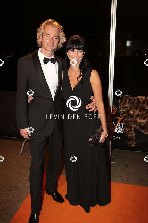 KATWIJK - Sandra Schuurhof met haar partner Simon zaterdag op de oranje loper van de galapremiere van Soldaat van Oranje - de Musical in de Theater Hangaar op de oude vliegbasis Valkenburg bij Katwijk. FOTO LEVIN DEN BOER - PERSFOTO.NU