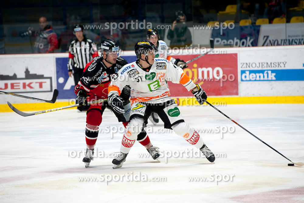 25.09.2015, Ice Rink, Znojmo, CZE, EBEL, HC Orli Znojmo vs Moser Medical Graz 99ers, 5. Runde, im Bild v.l. Roman Tomas (HC Orli Znojmo) Daniel Woger (Graz 99ers) // during the Erste Bank Icehockey League 5th round match between HC Orli Znojmo and Moser Medical Graz 99ers at the Ice Rink in Znojmo, Czech Republic on 2015/09/25. EXPA Pictures © 2015, PhotoCredit: EXPA/ Rostislav Pfeffer