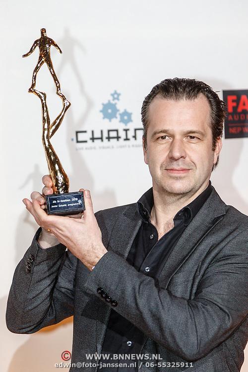 NLD/Amsterdam/20160307 - TV Beelden 2016, Bas Haan met de prijs beste actuele programma (Nieuwsuur: De Teevendeal)