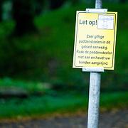 NLD/Naarden/20170826 - Bord met waarschuwing voor gevaarlijke, giftige paddestoelen,