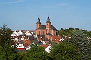 Ort mit Wallfahrtsbasilika St. Georg, Walldürn, Odenwald, Baden-Württemberg, Deutschland | town with St. George's Basilica, Walldürn, Odenwald, Baden-Württemberg, Germany