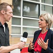NLD/Hilversum/20180902- Laurentien opent week vd Alfabetiserimg 2018, Prinses Laurentien in gesprek met de ambassadeurs van de laaggeleterden
