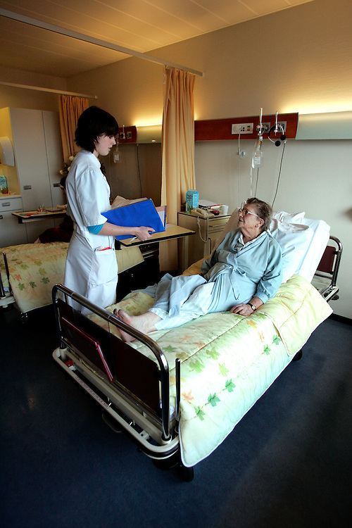 The Hague. Hospital. MCH. Medisch Centrum Haaglanden. A doctor and a patient..Photo: Gerrit de Heus