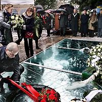 Nederland, Amsterdam , 27 januari 2013..Auschwitzherdenking..De bevrijding van concentratiekamp Auschwitz-Birkenau (27 januari 1945) wordt herdacht op zondag 27 januari 2013 in het Wertheimpark..Jaarlijks wordt, op de laatste zondag van januari, de bevrijding van het concentratiekamp Auschwitz-Birkenau (27 januari 1945), herdacht. Daarnaast worden de Jizkor- en Kaddishgebeden gezegd en er wordt zigeunermuziek gespeeld. Hierna is er voor particulieren en organisaties gelegenheid hun kransen en bloemen te leggen bij het monument..Op de foto: fractievoorzitter en politiek leider Diederik Samsom van de PvdA legt een rouwkrans op het monument...The liberation of Auschwitz-Birkenau (27 January 1945) was commemorated on Sunday, January 27, 2013 in the Wertheim Park in Amsterdam.