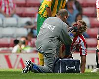Photo: Andrew Unwin.<br /> Sunderland v West Bromwich Albion. Coca Cola Championship. 28/08/2006.<br /> Sunderland's Liam Lawrence (R) receives treatment.