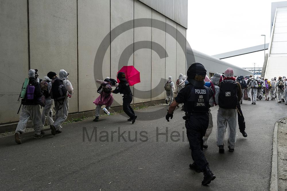 Polizisten versuchen am 14.05.2016 bei Spremberg, Deutschland einen Aktivisten auf dem Gel&auml;nde des Braunkohlekraftwerk Schwarze Pumpe fest zu nehmen. Mehrere Hundert Aktivisten haben das Braunkohlekraftwerk Schwarze Pumpe gest&uuml;rmt und den Betrieb gest&ouml;rt. Ca 60 Aktivsten wurden von der Polizei Festgenommen. Foto: Markus Heine / heineimaging<br /> <br /> ------------------------------<br /> <br /> Ver&ouml;ffentlichung nur mit Fotografennennung, sowie gegen Honorar und Belegexemplar.<br /> <br /> Bankverbindung:<br /> IBAN: DE65660908000004437497<br /> BIC CODE: GENODE61BBB<br /> Badische Beamten Bank Karlsruhe<br /> <br /> USt-IdNr: DE291853306<br /> <br /> Please note:<br /> All rights reserved! Don't publish without copyright!<br /> <br /> Stand: 05.2016<br /> <br /> ------------------------------ am 14.05.2016 bei Spremberg, Deutschland. Mehrere Hundert Aktivisten haben das Braunkohlekraftwerk Schwarze Pumpe gest&uuml;rmt und den Betrieb gest&ouml;rt. Ca 60 Aktivsten wurden von der Polizei Festgenommen. Foto: Markus Heine / heineimaging<br /> <br /> ------------------------------<br /> <br /> Ver&ouml;ffentlichung nur mit Fotografennennung, sowie gegen Honorar und Belegexemplar.<br /> <br /> Bankverbindung:<br /> IBAN: DE65660908000004437497<br /> BIC CODE: GENODE61BBB<br /> Badische Beamten Bank Karlsruhe<br /> <br /> USt-IdNr: DE291853306<br /> <br /> Please note:<br /> All rights reserved! Don't publish without copyright!<br /> <br /> Stand: 05.2016<br /> <br /> ------------------------------