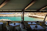 Lampedusa, Italia - 2 luglio 2011. Pochissimi turisti e tavoli vuoti testimoniano la difficile estate che sta vivendo l'isola di lampedusa dopo l'emergenza immigrazione dello scorso inverno..Ph. Roberto Salomone Ag. Controluce
