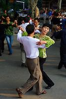 Chine, Shanghai, ambiance matinal au parc Fuxing, cour de danse //  China, Shanghai, Fuxing park, dance lesson