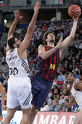 05.10.2013, Fernando Buesa Arena, Vitoria Gazteiz, ESP, Supercopa ACB, FC Barcelona vs Real Madrid, Finale, im Bild FC Barcelona's Ante Tomic (r) and Real Madrid's Ioannis Bourousis // during the Supercopa ACB Final match between Barcelona FC vs Real Madrid at the Fernando Buesa Arena in Vitoria Gazteiz, Spain on 2013/10/05. EXPA Pictures © 2013, PhotoCredit: EXPA/ Alterphotos/ Acero<br /> <br /> ***** ATTENTION - OUT OF ESP and SUI *****