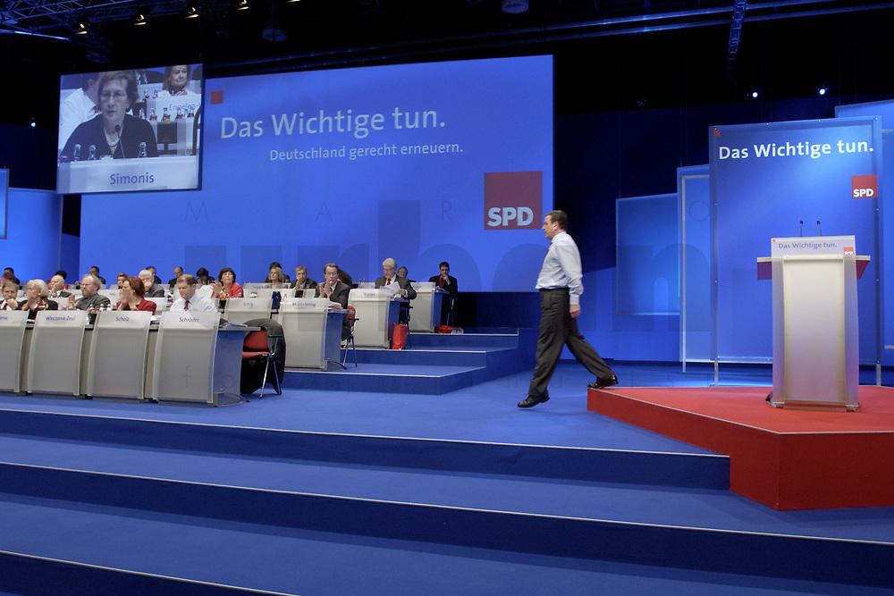 18 NOV 2003, BOCHUM/GERMANY:<br /> Gerhard Schroeder, SPD, Bundeskanzler, SPD Bundesparteitag, auf dem Weg zu seinem Platz, Ruhr-Congress-Zentrum<br /> IMAGE: 20031118-01-100<br /> KEYWORDS: Parteitag, party congress, SPD-Bundesparteitag, Gerhard Schröder, Hemd, P0dium