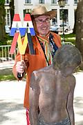 Koningin Máxima en koningin Mathilde van België openen de beeldententoonstelling Den Haag Sculptuur op het Lange Voorhout. In de openlucht tentoonstelling 'Vormidable' staan kunstwerken van gevestigde en opkomende Vlaamse kunstenaars, wordt twintig jaar culturele samenwerking tussen Nedeland en België gevierd.<br /> <br /> <br /> Queen Maxima and Queen Mathilde of Belgium opened the sculpture exhibition The Hague Sculpture on the Lange Voorhout. In the outdoor exhibition Vormidable 'are works by established and emerging Flemish artists, celebrates twenty years of cultural cooperation between the laws of the Netherlands and Belgium.