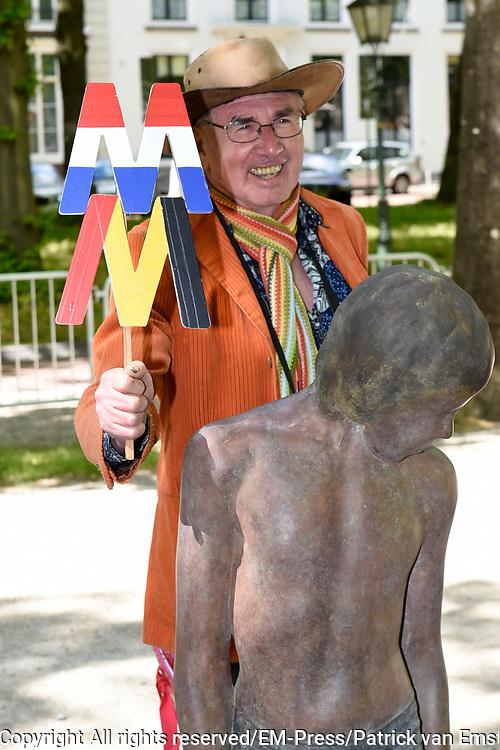 Koningin M&aacute;xima en koningin Mathilde van Belgi&euml; openen de beeldententoonstelling Den Haag Sculptuur op het Lange Voorhout. In de openlucht tentoonstelling 'Vormidable' staan kunstwerken van gevestigde en opkomende Vlaamse kunstenaars, wordt twintig jaar culturele samenwerking tussen Nedeland en Belgi&euml; gevierd.<br /> <br /> <br /> Queen Maxima and Queen Mathilde of Belgium opened the sculpture exhibition The Hague Sculpture on the Lange Voorhout. In the outdoor exhibition Vormidable 'are works by established and emerging Flemish artists, celebrates twenty years of cultural cooperation between the laws of the Netherlands and Belgium.