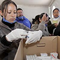 TOLUCA, México.- El Sistema para el Desarrollo Integral de la Familia del Estado de México (DIFEM) instalo un centro de acopio para poder recibir apoyo en ayuda a los damnificados de Haití, recibiendo agua, medicina, alimentos enlatados, productos de higiene personal entre otros, un grupo de voluntarios realiza la clasificación de la ayuda para ser enviada en los próximos días. Agencia MVT / Crisanta Espinosa. (DIGITAL)