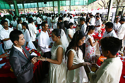 200 couples kiss during a Valentines Day mass wedding in Quezon City, the Philippines, Feb. 14, 2013. About 4000 couples around the Philippines were married in celebration of Valentine s Day, February 14, 2013. Photo by Imago / i-Images...UK ONLY