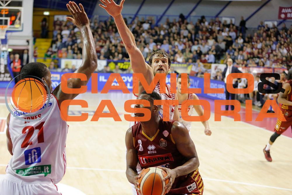 Jarrod Jones Simas Jasaitis<br /> Umana Reyer Venezia - Consultinvest Pesaro<br /> Lega Basket Serie A 2016/2017<br /> Venezia 05/03/2017<br /> Foto Ciamillo-Castoria
