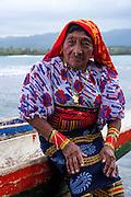 Retrato de Nelida Martinez , La  isla de Ustupu, perteneciente a la comarca indígena  Guna Yala,  forma parte del archipiélago de 365 islas a lo largo de la costa caribe noreste de Panamá..En Ustupu se genero la  Revolución Guna  en 1925, en la que los indígenas Gunas se defendieron ante las autoridades panameñas, que obligaban a los indígenas a occidentalizar su cultura a la fuerza. los Gunas con el aval del gobierno panameño, crearon un territorio autónomo llamado comarca indígena de Guna Yala, para garantizar la seguridad de la población y cultura Guna..(Ramón Lepage).