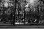 Children play in a park / enfants jeu dans un parc