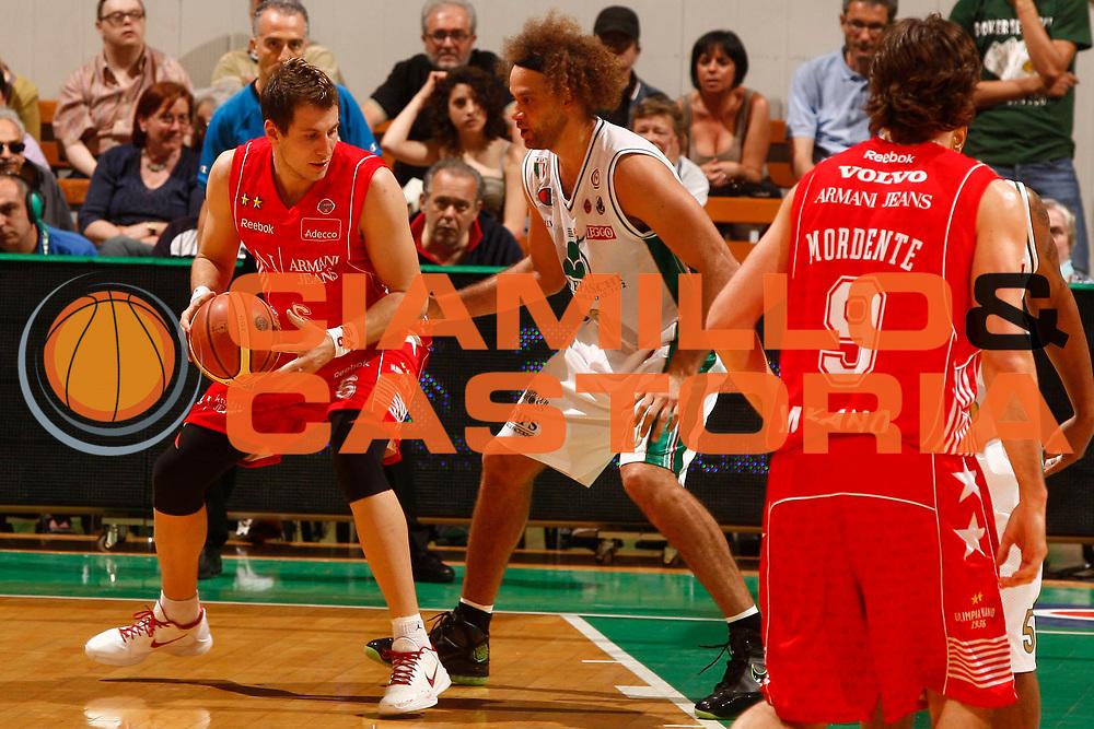 DESCRIZIONE : Siena Lega A 2009-10 Playoff Finale Gara 1 Montepaschi Siena Armani Jeans Milano<br /> GIOCATORE : Stefano Mancinelli<br /> SQUADRA : Armani Jeans Milano<br /> EVENTO : Campionato Lega A 2009-2010 <br /> GARA : Montepaschi Siena Armani Jeans Milano<br /> DATA : 13/06/2010<br /> CATEGORIA : palleggio<br /> SPORT : Pallacanestro <br /> AUTORE : Agenzia Ciamillo-Castoria/P.Lazzeroni<br /> Galleria : Lega Basket A 2009-2010 <br /> Fotonotizia : Siena Lega A 2009-10 Playoff Finale Gara 1  Montepaschi Siena Armani Jeans Milano<br /> Predefinita :