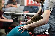 Nederland, Utrecht, 25-1-2014Bezoekers en stands op de gezondheidsbeurs. De beelden respecteren de privacy van de bezoekers.De nieuwste gezondheidstrends en informatie over gezond leven met fruitdrankjes, oogmetingen, checkups, massage,medicinale kruiden, kruidenthee, zelftests, handlezen en nog veel meer....Chinese massage op een massagestoel, masseren,masseur,masseuze,werk,arbeid, fysiotherapieFoto: Flip Franssen