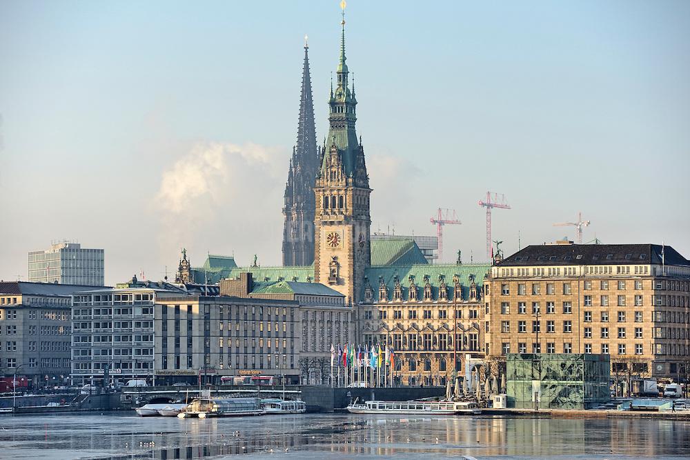 Blick über die zugefrorene Binnenalster zum Rathaus und Mahnmal St. Nikolai