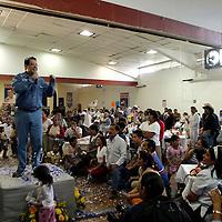 Valle de Bravo.-  Ruben Mendoza Ayala, candidato del PAN a la gubernatura del Estado de México al reunirse en Valle de Bravo con madres de familia ante quienes señaló sus propuestas de campana en materia de salud e integración familiar.   Agencia MVT / Mario Vazquez de la Torre. (DIGITAL)<br /> <br /> NO ARCHIVAR - NO ARCHIVE