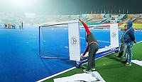 LUCKNOW (India) -  Prepareren van het veld , een dag voor de start van  Junior  World Cup hockey men . COPYRIGHT KOEN SUYK