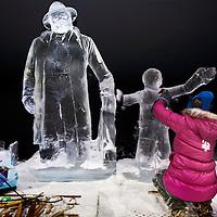 Nederland, Amsterdam, 2 december 2016.<br />ijsbeelden festival op de Arena Boulevard in Amsterdam Zuid-Oost.<br />Het Nederlands IJsbeelden Festival pakt dit jaar extragroots uit. Met meer dan 100 ijs- en sneeuwbeelden tot wel 6 meter hoog. Gemaakt van 275.000 kilo ijs en 275.000 kilo sneeuwdoor de 42 beste ijskunstenaars van de wereld. Ruim 3.000 m² wintervertier voor de hele familie.<br />Het Nederlands IJsbeelden Festival staat in de TOP-5 van 'Meest leuke en best bezochte winteruitjes van Nederland'.<br />Op de foto: ijskunstenares maakt Andre Hazes en zoon uit ijs.<br /><br /><br />Foto: Jean-Pierre Jans