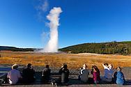Turistas observando la erupción del geyser Old Faithful, Yellowstone NP, Wyoming (Estados Unidos)