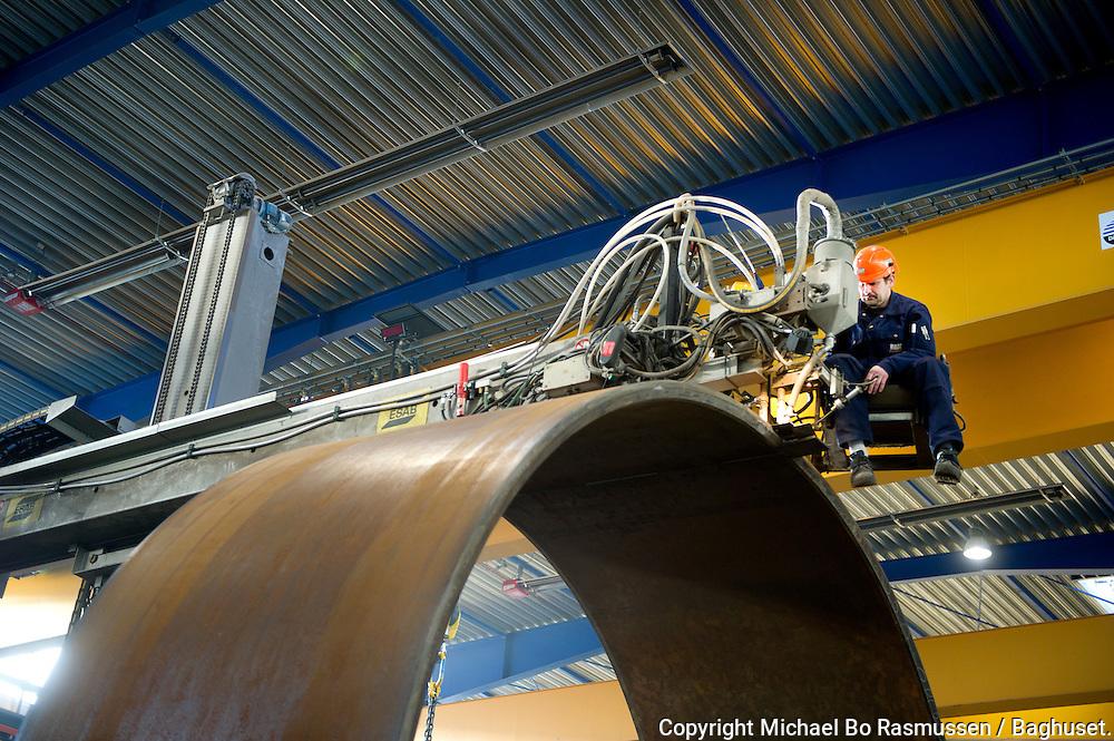Bladt Industries. Michael Laursen med tårnsvejser maskine. Foto: © Michael Bo Rasmussen / Baghuset. Dato: 07.01.11