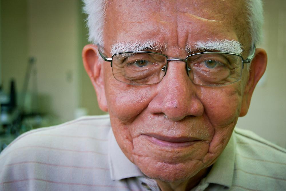 DR. HOMERO AUGUSTO CAMPOS <br /> Caracas - Venezuela 2007<br /> (Copyright &copy; Aaron Sosa) <br /> <br /> Se inici&oacute; como investigador y docente en la Universidad de San Marcos en 1948. Desde 1958 a 1962 trabaja en Farmacolog&iacute;a en la Universidad de Wisconsin, EEUU, donde llega a ser instructor de la Escuela de Medicina. Pasa luego un a&ntilde;o en la Universidad de Minnesota, lo que le da suficiente experiencia para dar el salto de la farmacolog&iacute;a cl&aacute;sica a la de los neurotransmisores, interesada m&aacute;s en la funci&oacute;n y en los cambios bioqu&iacute;micos del organismo que en el f&aacute;rmaco en s&iacute; mismo. Entre 1963 y 1966 organiza el Departamento de Fisiolog&iacute;a y Farmacolog&iacute;a de la Escuela de Medicina de la Universidad de El Salvador, donde es profesor asociado y luego profesor principal universitario. <br /> <br /> Regresa a Lima y es designado Profesor Principal y Jefe de la asignatura en la C&aacute;tedra de Farmacolog&iacute;a de la Universidad de San Marcos, donde llega a ser Director de la Escuela de Graduados. En Venezuela, su segunda patria, logra la consolidaci&oacute;n de la naciente C&aacute;tedra de Farmacolog&iacute;a de la Escuela de Medicina Jos&eacute; M. Vargas. Bajo su orientaci&oacute;n, el equipo docente asume la investigaci&oacute;n como su objetivo de vida. Fue Jefe de C&aacute;tedra, Presidente de la Sociedad Venezolana de Farmacolog&iacute;a, miembro de la Comisi&oacute;n de Ciencias M&eacute;dicas del CONICIT, profesor de postgrado de las Facultades de Farmacia y Medicina, miembro de jurados de premios nacionales, miembro de la Asociaci&oacute;n Americana para el Avance de la Ciencia, de la Academia de Ciencias de Nueva York y de varias sociedades cient&iacute;ficas venezolanas.