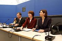 11 FEB 2003, BERLIN/GERMANY:<br /> Volker Beck, B90/Gruene Parl.geschaeftsfuehrer, Krista Sager, B90/Gruene Fraktionsvorsitzende, Katrin Dagmer Goering-Eckardt, (v.L.n.R.), vor Beginn einer Sitzung der B90/Gruenen Bundestagsfraktion, Deutscher Bundestag<br /> IMAGE: 20030211-01-012<br /> KEYWORDS: Fraktionssitzung, Katrin Dagmer Göring-Eckardt