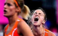 LONDEN -  Maartje Paumen mist, woensdag tijdens de halve finale van het Olympische hockeytournooi tussen de vrouwen van  Nederland en Nieuw-Zeeland.links Carlien Dirkse van den Heuvel.   Nederland wint na shoot outs.ANP KOEN SUYK