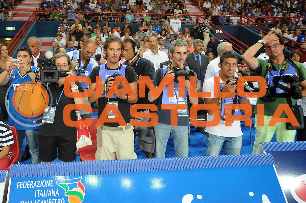 DESCRIZIONE : Bari Qualificazioni Europei 2011 Italia Montenegro<br /> GIOCATORE : Fotografi<br /> SQUADRA : Nazionale Italia Uomini <br /> EVENTO : Qualificazioni Europei 2011<br /> GARA : Italia Montenegro<br /> DATA : 26/08/2010 <br /> CATEGORIA : <br /> SPORT : Pallacanestro <br /> AUTORE : Agenzia Ciamillo-Castoria/GiulioCiamillo<br /> Galleria : Fip Nazionali 2010 <br /> Fotonotizia : Bari Qualificazioni Europei 2011 Italia Montenegro<br /> Predefinita :