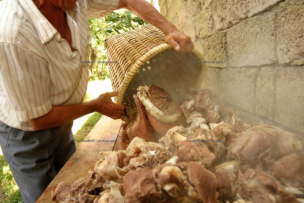 Georgien/Abchasien, Gudauta, 2006-08-26, Das gekochte Fleisch für das Fest. Auf dem traditionellen Treffen des Hagba-Clans in Abchasien kommen 125 Familien zusammen. Vor dem Fest diskutieren die Männer die Probleme und sammeln Geld für notleidende Familienmitglieder. Abchasien erklärte sich 1992 unabhängig von Georgien. Nach einem einjährigen blutigen Krieg zwischen den Abchasen und Georgiern besteht seit 1994 ein brüchiger Waffenstillstand, der von einer UNO-Beobachtermission unter personeller Beteiligung Deutschlands überwacht wird. Trotzdem gibt es, vor allem im Kodorital immer wieder bewaffnete Auseinandersetzungen zwischen den Armee der Länder sowie irregulären Kämpfern.  (The ready boiled meat for the meeting guests. A meeting of the Hagba clan in Abkhazia. 125 families depends on that clan. At the traditional meeting every summer the men discuss the problems and collecting money for needy family members. After that the party begins. Abkhazia declared itself independent from Georgia in 1992. After a bloody civil war a UNO mission observing the ceasefire line between Georgia and Abkhazia since 1994. Nevertheless nearly every day armed incidents take place in the Kodori gorge between the both armys and unregular fighters )