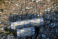 La vista aérea de un sector popular rodeado de un barrio. Las casas de bajos recursos conviven junto a los bloque. Estos son edificaciones populares de gran alcance. Caracas,  19 - 09 - 2005 (Ramón Lepage / Orinoquiaphoto)   )   Aerial view the city of Caracas. The city with its Modern arquitecture, Highways and contrast between the rich and poor neighborhoods is surrounded by the Avila National Park and many hills around the valley where the shanty Towns or ´´barrios¨ have grown to become one the largest in Latin America.  (Ramón Lepage / Orinoquiaphoto)