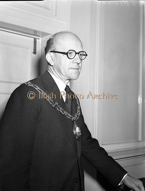 10/03/1958<br /> 03/10/1958<br /> 10 March 1958<br /> Election of President of Dublin Chamber of Commerce at the Commercial Buildings, Dame Street, Dublin. Mr. J. Harold Douglas the new President of the Dublin Chamber of Commerce.