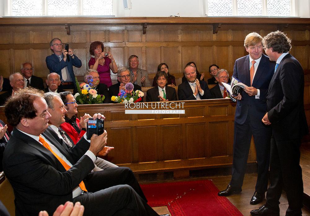 LEIDEN - Koning Willem-Alexander tijdens de viering van het 250-jarig bestaan van de Maatschappij der Nederlandse Letterkunde. copyright robin utrecht