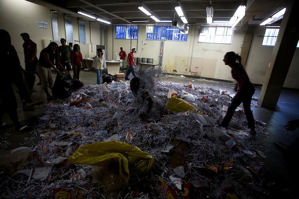 Campanha Márcio Lacerda..Restos de papel sendo recolhidos no comite após o fim da campanha..Fotos: Leo Drumond / NITRO