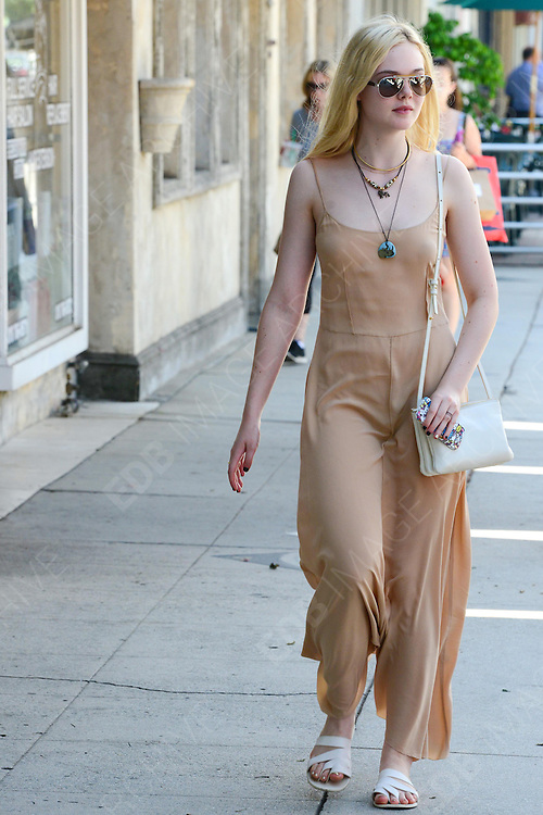 18.AUGUST.2013. LOS ANGELES<br /> <br /> ELLE FANNING RUNNING ERRANDS WITH HER MOM IN LA AFTER VISITING A RESTAURANT<br /> <br /> BYLINE: EDBIMAGEARCHIVE.CO.UK<br /> <br /> *THIS IMAGE IS STRICTLY FOR UK NEWSPAPERS AND MAGAZINES ONLY*<br /> *FOR WORLD WIDE SALES AND WEB USE PLEASE CONTACT EDBIMAGEARCHIVE - 0208 954 5968*