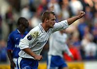 Fotball, 29. september 2002. Tippeligaen, Vålerenga - Molde 0-3. Tobias Carlsson, Molde har scoret. I bakgrunn Pa-odou Kah, Vålerenga.
