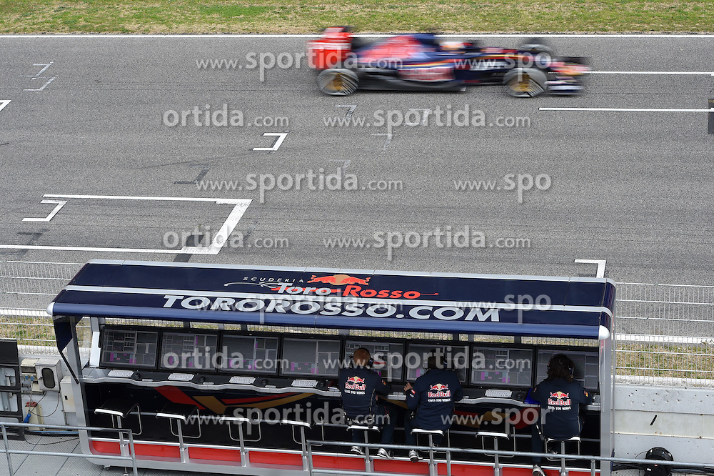 26.02.2015, Circuit de Catalunya, Barcelona, ESP, FIA, Formel 1, Testfahrten, Barcelona, Tag 1, im Bild Carlos Sainz jr (ESP) Scuderia Toro Rosso STR10 passes the pit wall gantry // during the Formula One Testdrives, day one at the Circuit de Catalunya in Barcelona, Spain on 2015/02/26. EXPA Pictures &copy; 2015, PhotoCredit: EXPA/ Sutton Images/ Mark Images<br /> <br /> *****ATTENTION - for AUT, SLO, CRO, SRB, BIH, MAZ only*****