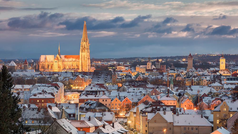 Regensburg verwandelt sich im Winter in eine Märchenstadt. Es gibt viel zu entdecken, und es macht Spaß, durch die Stadt zu bummeln, einen Glühwein zu trinken, und vielleicht auch ein paar  Regensburger Würstl zu genießen.