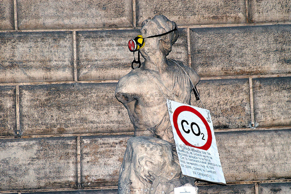 Roma 5 Giugno 2008.  <br /> L' Associazione ambientalista  &quot;Terra&quot;  per protesta contro l'emissione di CO2, ha applicato  su 150 statue di Roma  mascherine antinquinamento e cartelli contro il CO2.<br /> La statua di Pasquino<br /> Rome June 5, 2008.  <br /> L 'Environmental association &quot;Earth&quot; in protest against the emission of CO2, has applied to 150 statues of Rome anti-pollution masks and poster against the CO2.