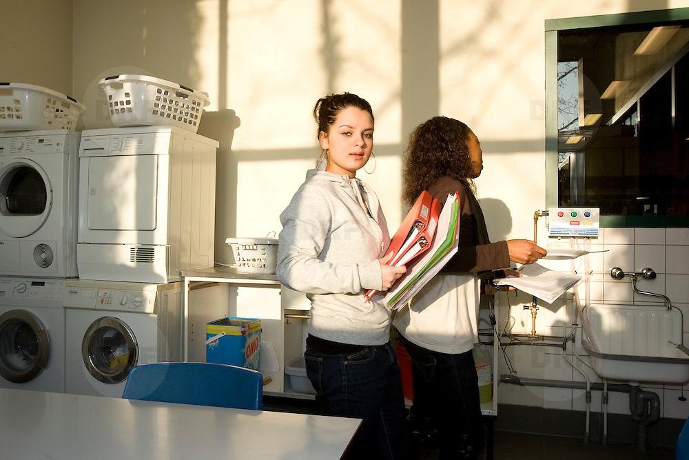 Nederland Rotterdam  29 januari 2009 20090129 Foto: David Rozing.Leerlingen VMB Noordrand college, studie richting zorg en welzijn ..Dutch vmbo students ..Foto: David Rozing