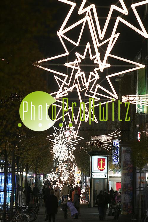 Ludwigshafen. Bismarckstra&szlig;e. Haupteinkaufsstra&szlig;e. Innenstadt, Fussg&auml;ngerzone. P&uuml;nktlich um 17 Uhr erstrahlt die Innenstadt. Ludwigshafen im Weihnachtsglanz. Sterne blinken und flimmern.<br /> <br /> Bild: Markus Pro&szlig;witz<br /> ++++ Archivbilder und weitere Motive finden Sie auch in unserem OnlineArchiv. www.masterpress.org ++++