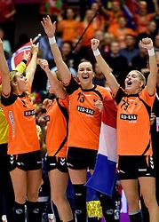 20-12-2015 DEN: World Championships Handball 2015 Nederland - Noorwegen, Herning<br /> Finale WK Handbal / Nederland verliest kansloos de finale van Noorwegen en moet genoegen nemen met zilver / Yvette Broch #13,  Sanne van Olphen #9, Estavana Polman #79 maken er toch nog een feestje van op het podium