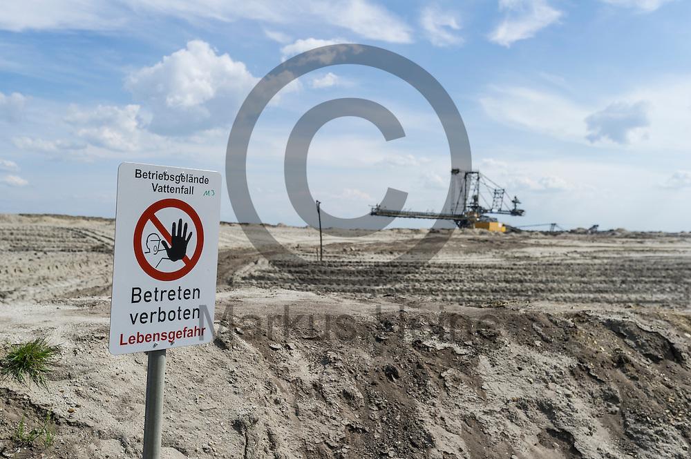 Ein &quot;Achtung Betreten Verboten&quot; steht am 12.05.2016 bei Welzow, Deutschland an der Kante des Braunkohlentagebau Welzow-S&uuml;d. &Uuml;ber das Pfingstwochenende wollen mehrere Tausend Aktivisten den Braunkohlentagebau  blockieren um gegen die Nutzung von fossilen Brennstoffen zu protestieren. Foto: Markus Heine / heineimaging<br /> <br /> ------------------------------<br /> <br /> Ver&ouml;ffentlichung nur mit Fotografennennung, sowie gegen Honorar und Belegexemplar.<br /> <br /> Bankverbindung:<br /> IBAN: DE65660908000004437497<br /> BIC CODE: GENODE61BBB<br /> Badische Beamten Bank Karlsruhe<br /> <br /> USt-IdNr: DE291853306<br /> <br /> Please note:<br /> All rights reserved! Don't publish without copyright!<br /> <br /> Stand: 05.2016<br /> <br /> ------------------------------<br /> <br /> ------------------------------<br /> <br /> Ver&ouml;ffentlichung nur mit Fotografennennung, sowie gegen Honorar und Belegexemplar.<br /> <br /> Bankverbindung:<br /> IBAN: DE65660908000004437497<br /> BIC CODE: GENODE61BBB<br /> Badische Beamten Bank Karlsruhe<br /> <br /> USt-IdNr: DE291853306<br /> <br /> Please note:<br /> All rights reserved! Don't publish without copyright!<br /> <br /> Stand: 05.2016<br /> <br /> ------------------------------
